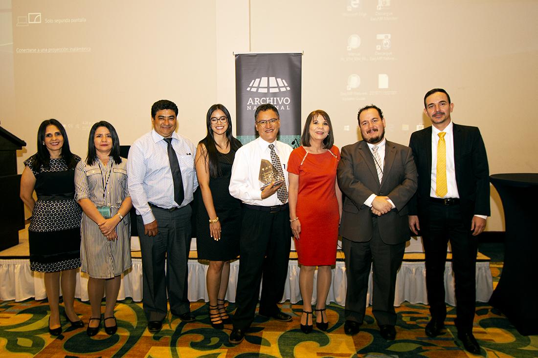 Foto de personas recibiendo el premio en archivística