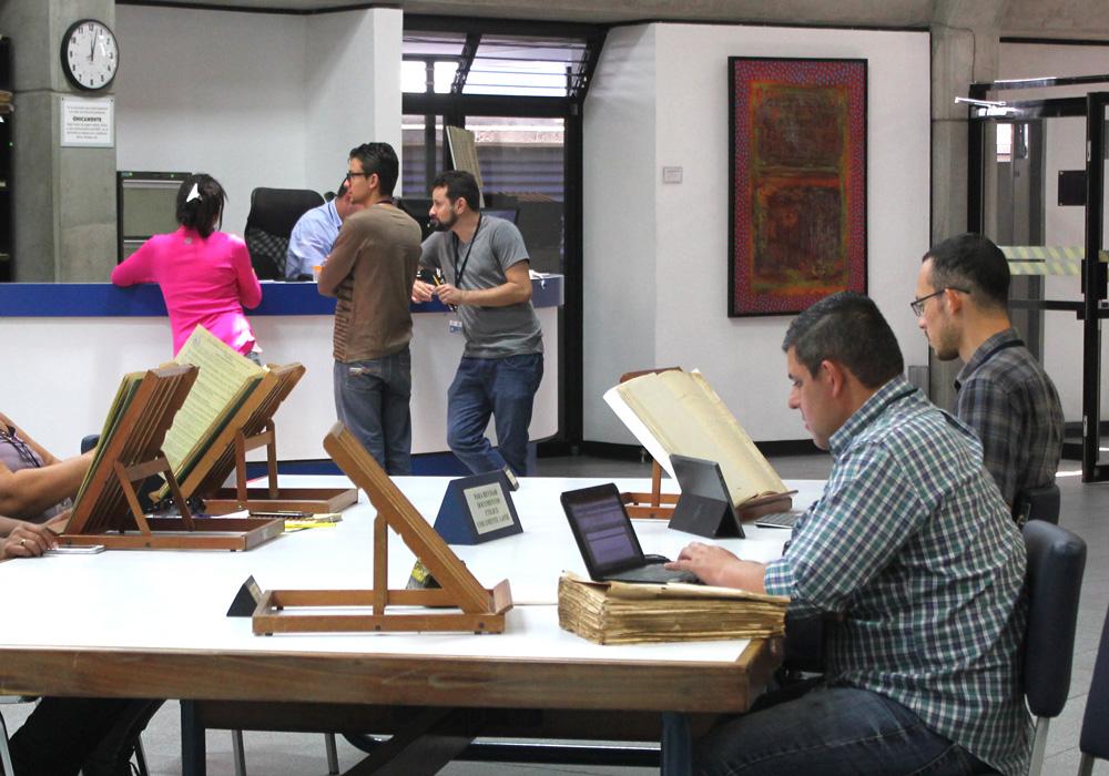 Fotografía de la sala de consulta José Luis Coto Conde con Investigadores